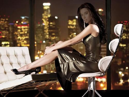 Женский шаблон - Девушка у окна в вечернем мегаполисе