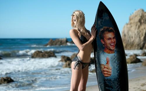 Фоторамка - Девушка с доской на пляже