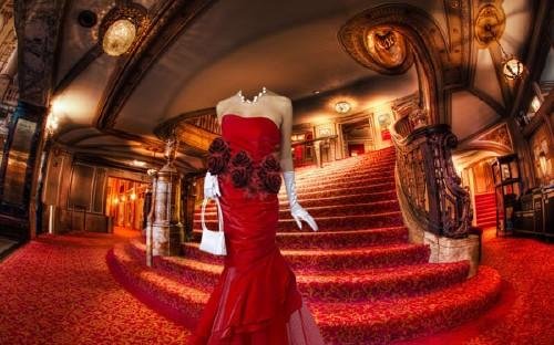 PSD шаблон для девушек - В холе театра в вечернем платье